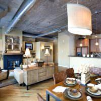 Серый потолок в кухне-гостиной сельского дома
