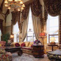 Шторы с ламбрекенами на окнах гостиной
