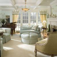 рояль в гостиной с двумя окнами
