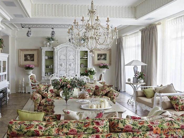 Белая гостиная в духе традиционного прованса