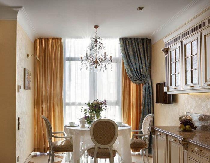 Двухцветные шторы в интерьере классической кухни