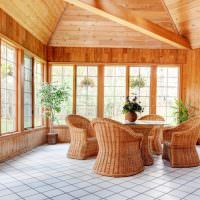 Кресла из ротанга на керамическом полу