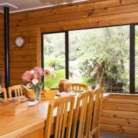 Деревянный стол в сельском доме
