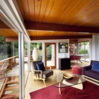 Деревянный потолок в комнате с панорамными окнами