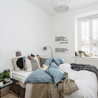 Декоративные подушки на кровати в светлой спальне