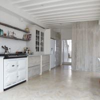 Открытые полки из досок в кухне скандинавского стиля