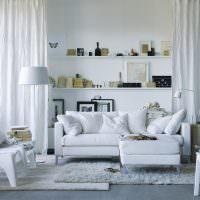 Белая мягкая мебель в гостиной скандинавского стиля