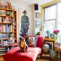 Собака на розовом диванчике