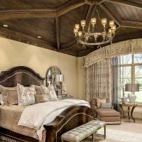 Деревянный потолок в деревенской спальне