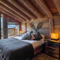 Деревянная кровать в спальне частного дома