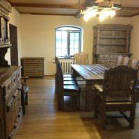 Деревянная мебель в столовой дачного дома