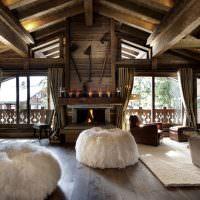 Деревянная облицовка камина в загородном доме