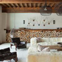 Дрова в интерьере гостиной частного дома