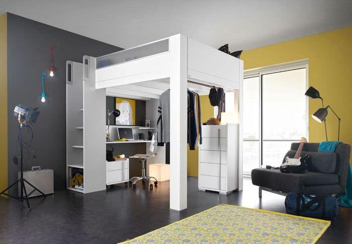 Интерьер комнаты с кроватью на антресоли
