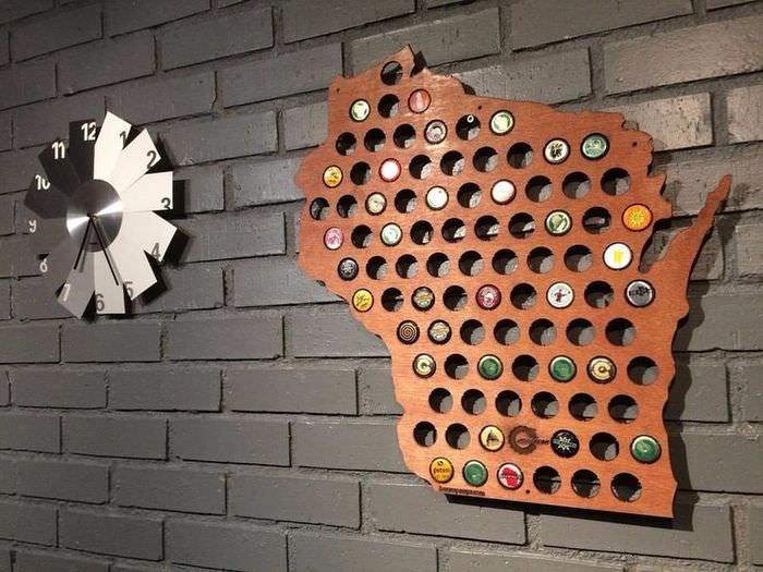 Панно на стене с пробками от пивных бутылок