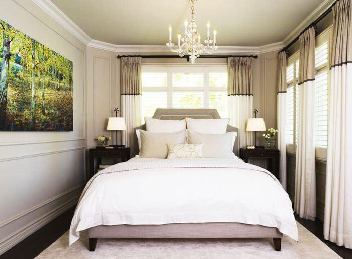 Комбинированные шторы в узкой спальне