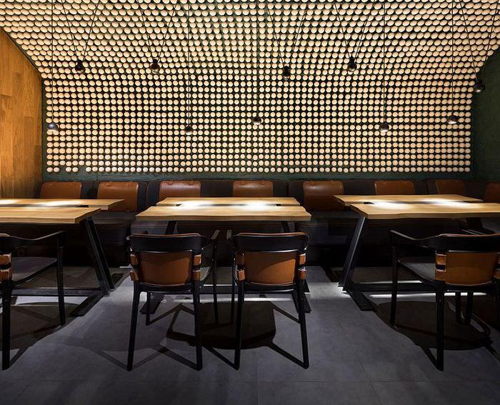 Столы с деревянными столешницами в главном зале бара