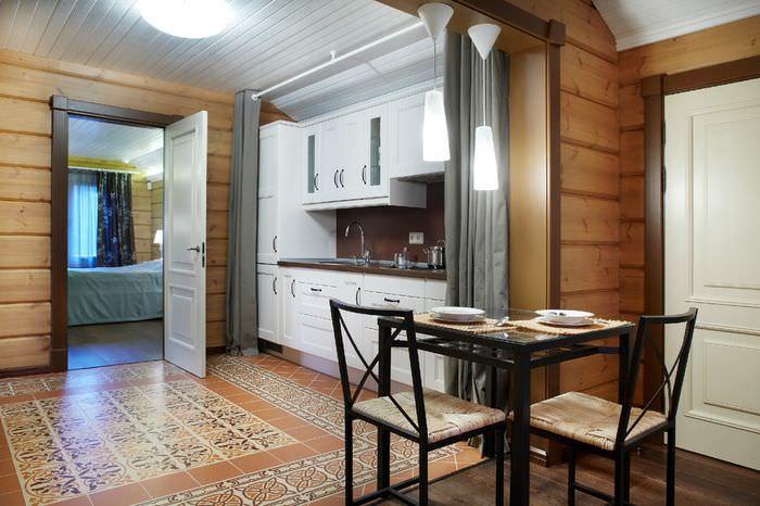 Керамический ковер из плитки на полу кухни