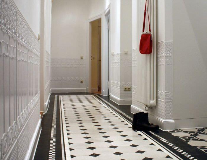 Интерьер длинного коридора с керамическим полом