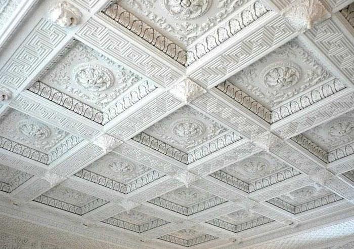 Белый кессонный потолок с гипсовой лепниной