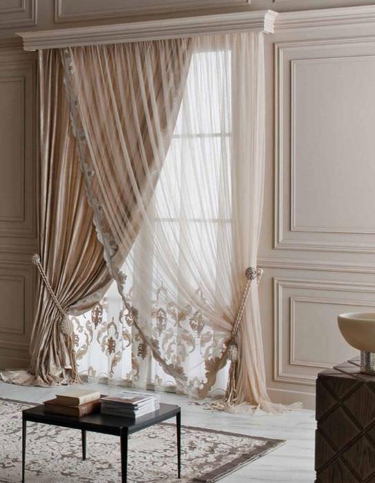 Асимметричная итальянская штора на окне гостиной в классическом стиле