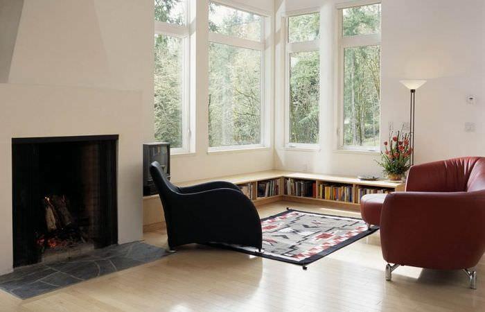 Два кожаных кресла перед окнами в углу гостиной