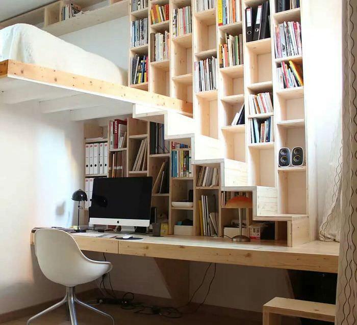 Встроенные книжные полки между двумя комнатами