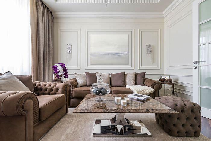 Коричневые диваны в дизайне светлой гостиной