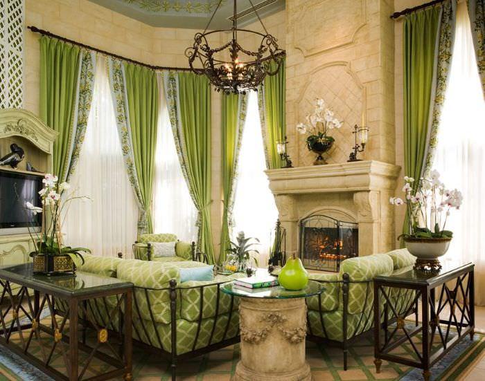 Гостиная с высокими окнами в стиле классики