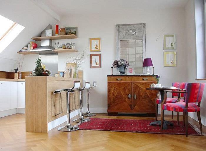 Барная стойка на кухне в мансардном помещении