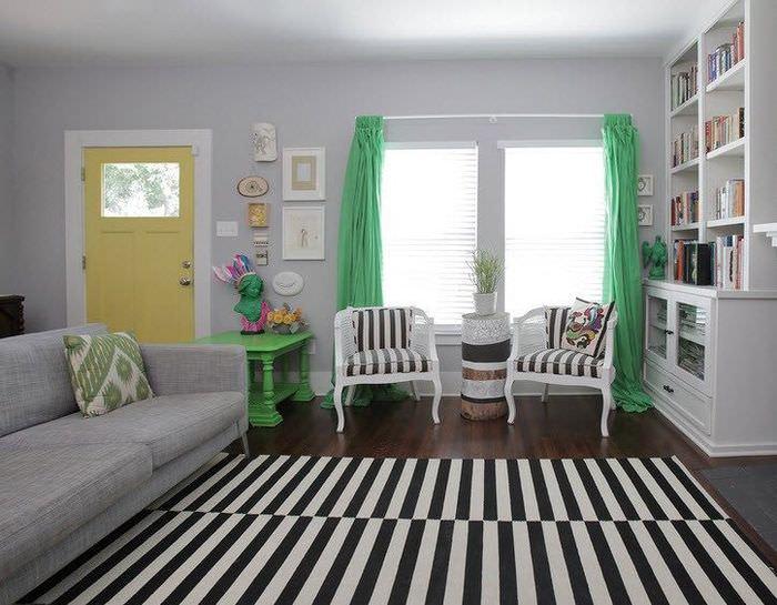 Ковер в гостиной в черно-белую полоску