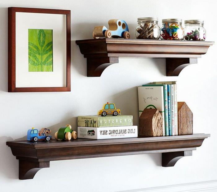 Деревянные полочки в детской комнате