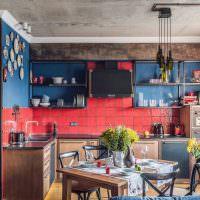 Открытые полки с посудой на фоне синих стен