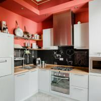 Красная стена над кухонным гарнитуром