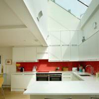 Кухня загородного дома с окном в потолке