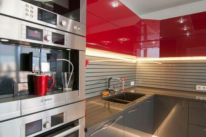 Красный цвет в интерьере кухни стиля хай-тек