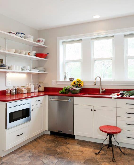 Угловой кухонный гарнитур с красной рабочей поверхностью