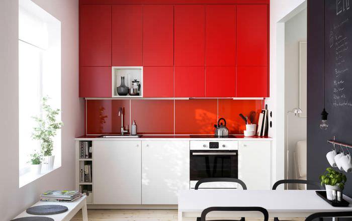Кухонная мебель с красными дверцами
