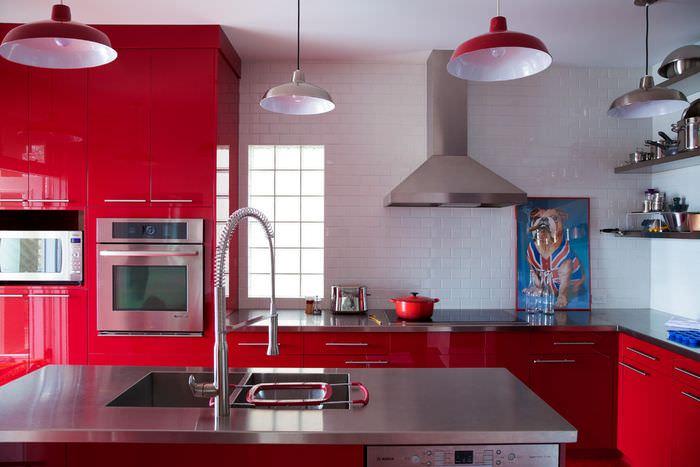 Красный гарнитур со встроенной бытовой техникой