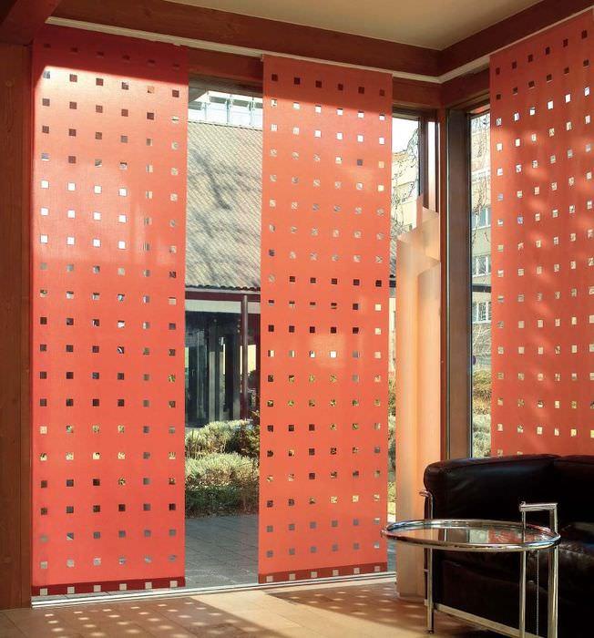Красные японские шторы с перфорацией на большом окне гостиной