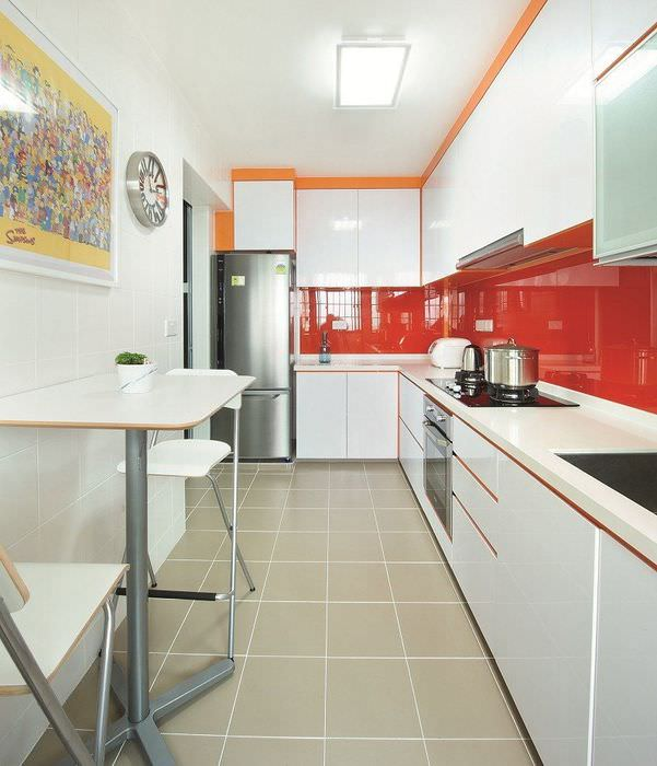 Красный глянцевый фартук в белой кухне