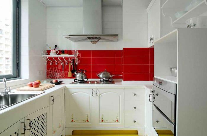 Красный фартук в белой кухне