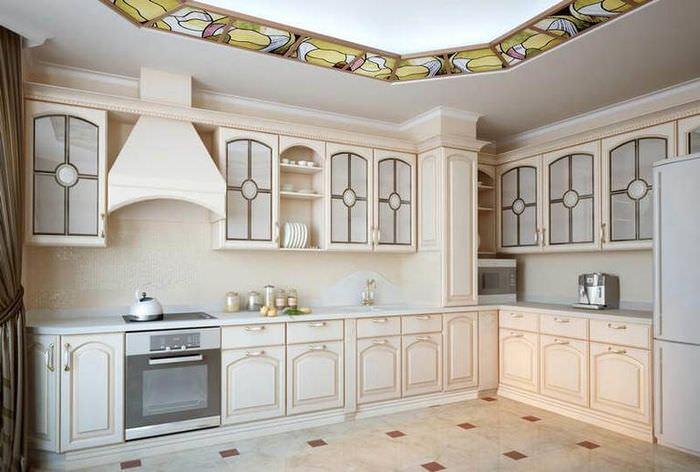 Угловой кухонный гарнитур на кухне с керамическим полом