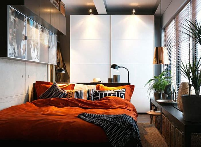 Навесные шкафы над кроватью в узкой спальне