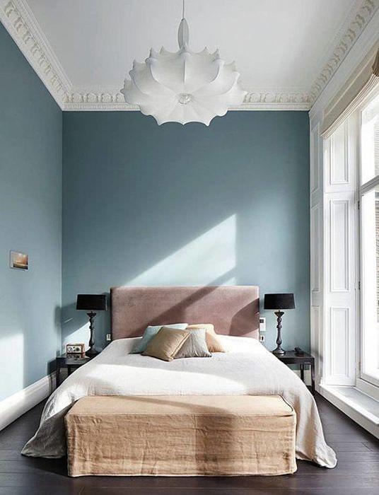 Узкая спальня с двухспальной кроватью