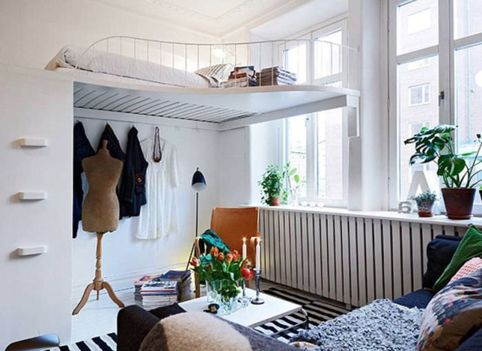 Кровать под потолком в интерьере белой гостиной