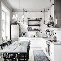 Обеденный стол из досок в светлой кухне
