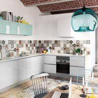 Мозаичный фартук на кухне L-образной планировки