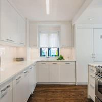 Глухие фасады кухонного гарнитура белого цвета