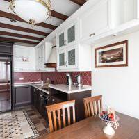 Кафельный пол на кухне L-образной планировки